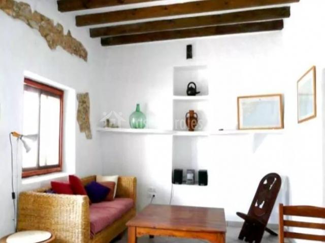 Sala de estar amplia con muebles en madera