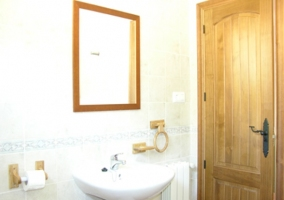 Baño con puerta de madera