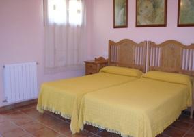 Dormitorio doble con camas individuales amarillas
