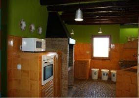 Cocina con electrodomésticos. Marrón y verde