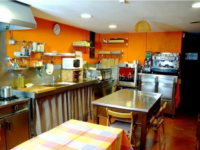 Cocina con dos mesas