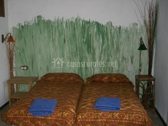 Dormitorio doble verde en la casa rural
