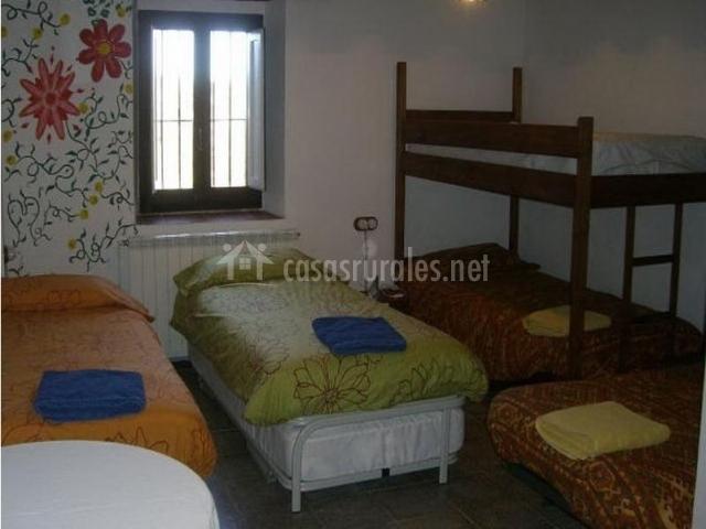 Dormitorio grupal de la casa rural