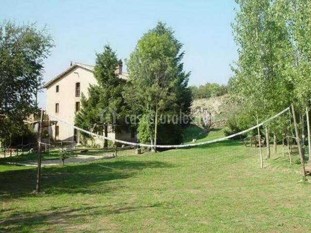 Jardín de la casa rural con red