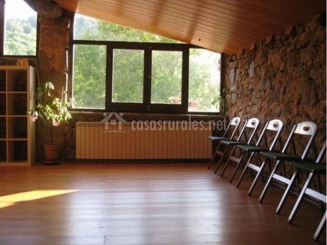 Sala abohardillada en la casa rural