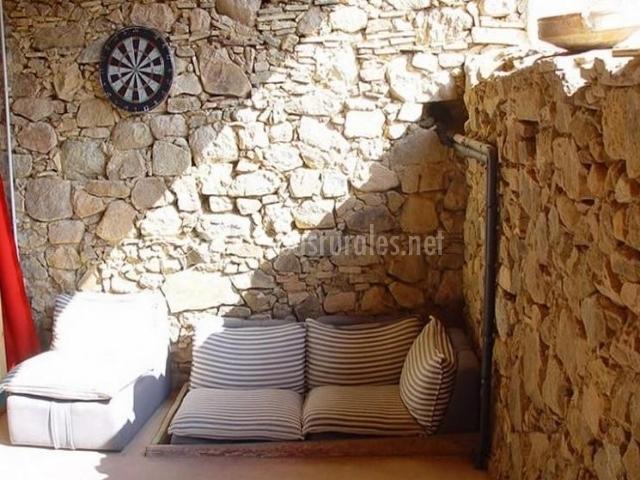 Zona de descanso con diana en la casa rural