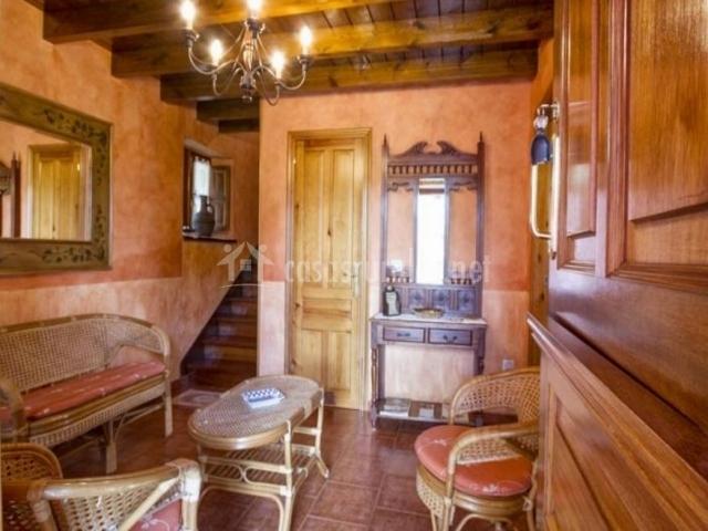 Entrada a la casa con muebles de bambú