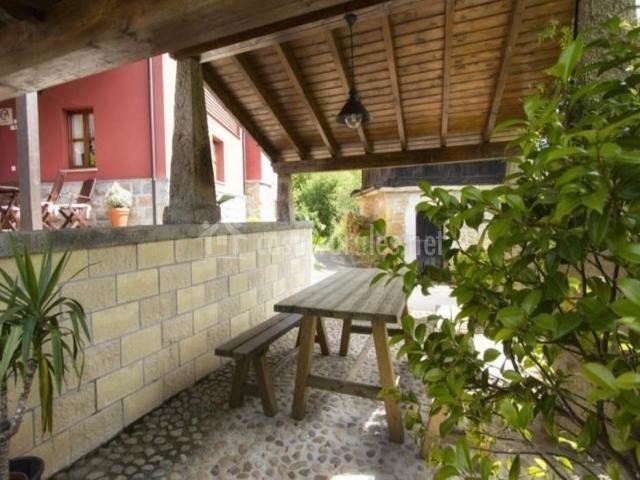 Vistas de los exteriores con mesa de merendero en madera