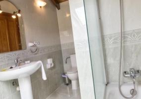 Aseo de la casa bastante amplio con la bañera
