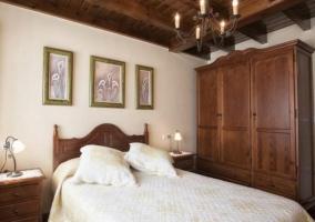 Dormitorio con cama de matrimonio junto al armario ropero