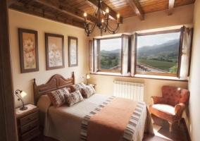 Dormitorio de matrimonio con juego de cojines sobre la cama