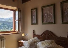 Dormitorio de matrimonio con ventana y vistas del entorno natural