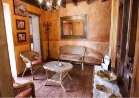 Sala de estar con muebles en bambú y un espejo