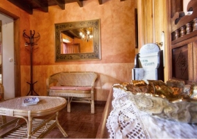 Sala de estar con muebles en bambú