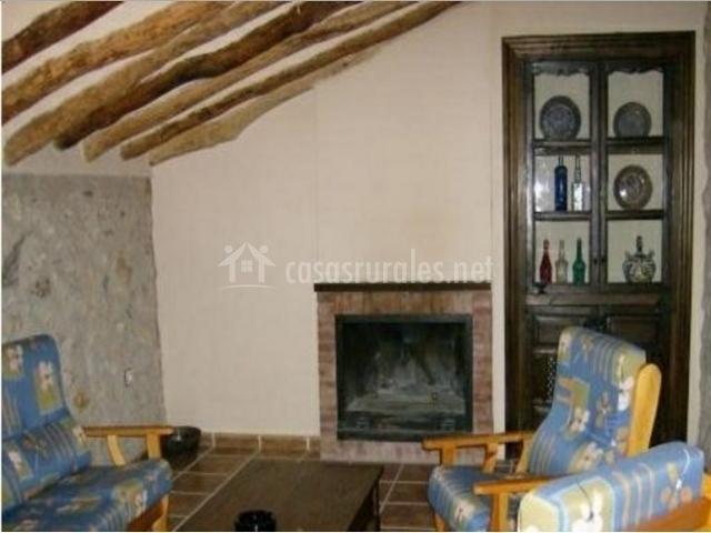 Sala de estar con chimenea abuhardillada