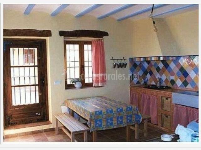 Casa del abuelo amancio en rubielos bajos cuenca for Cocinas con salida al patio