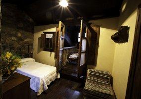 Dormitorio con cama de matrimonio de forja de la casa rural