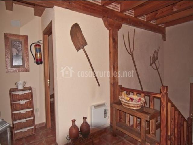 Utensilios de labranza en las paredes