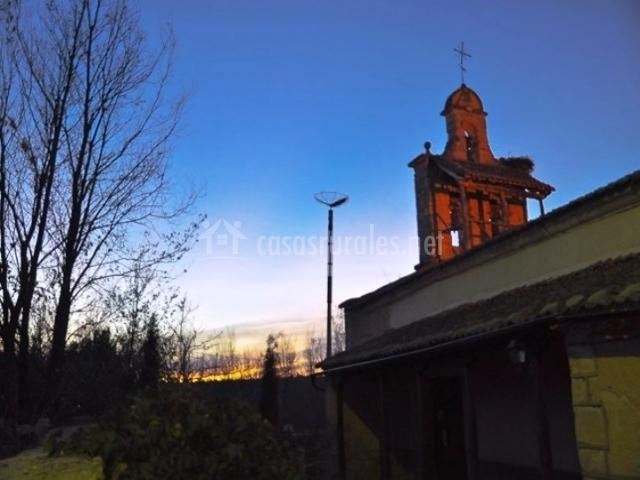 Vista nocturna de la iglesia