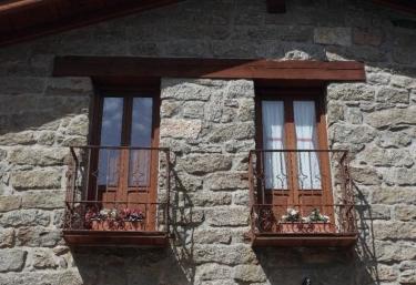 Amplias vistas de su fachada en piedra