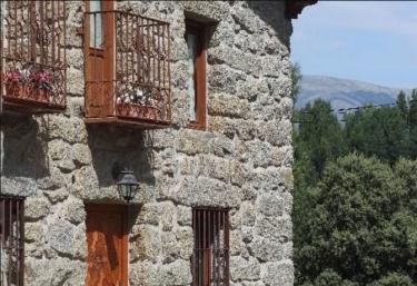 Vistas de la fachada con balcones