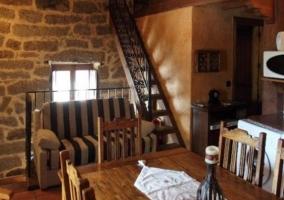 Comedor junto a la cocina y unas escaleras