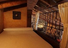 Dormitorio en el altillo con cama de matrimonio