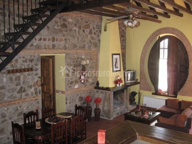 Comedor y salón y un amplio ventanal