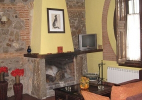 Detalle de la chimenea de piedra en el salón