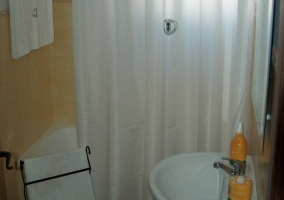 Cuarto de baño naranja con bañera