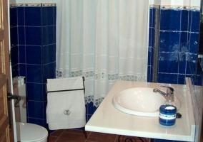 Cuarto de baño azul con ducha