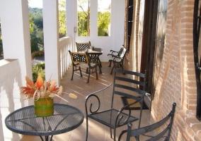 Terraza amueblada con mesitas y sillas