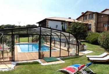 Casas rurales con piscina en santillana del mar for Casas rurales con piscina en alquiler