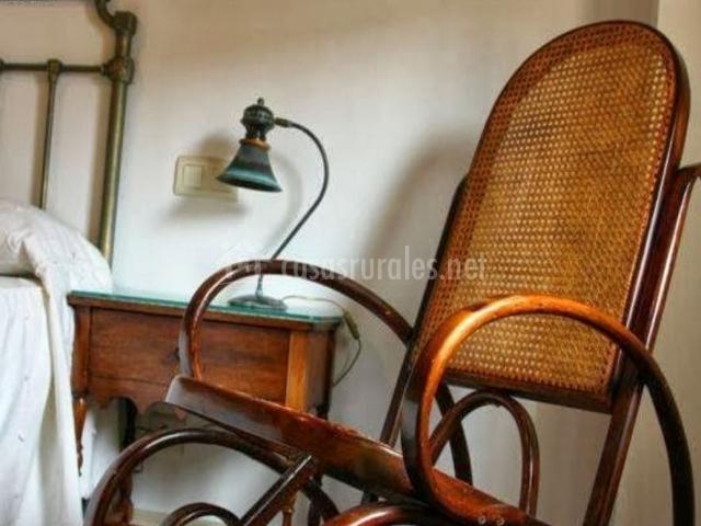 Dormitorio de matrimonio con antigua mecedora