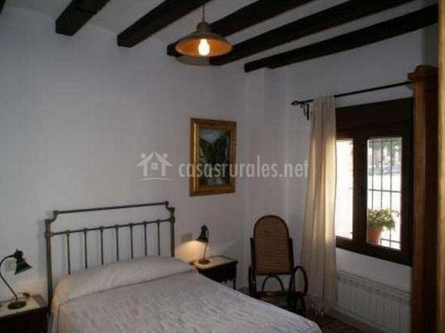Habitación con cama de matrimonio con calefacción y vistas