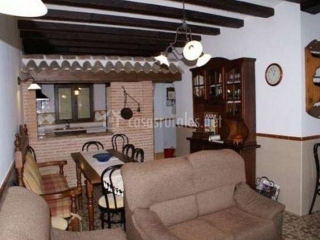 Salón-comedor bajo techo de madera con vigas
