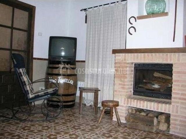 Mecedora junto a la chimenea y a la televisión