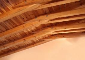 Cocina y salón con techos de madera