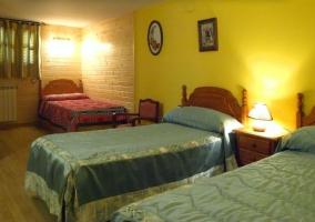 Dormitorio con paredes de madera y camas individuales