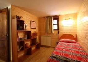 Dormitorio con paredes de madera