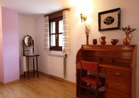 Dormitorio doble muy amplio con escritorio y ventana