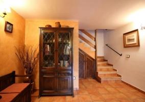 Entrada a la casa con mueble de madera