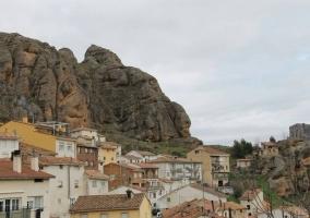 Zona del pueblo con montañas