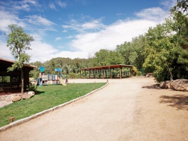 Parque infantil y caminos