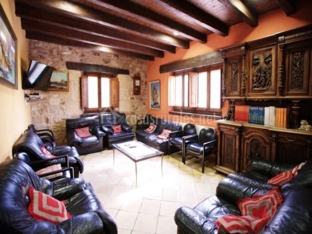 Salón con mueble antiguo y enciclopedia