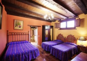 Dormitorio de camas azules