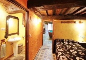 Dormitorio y baño tras sala de juegos