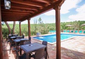 Mesas del porche ante piscina