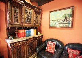 Mueble con enciclopedia