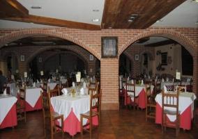 Zona del restaurante con chimenea